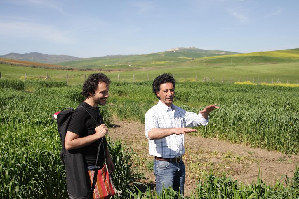 """Daniel Tarozzi e Giuseppe Li Rosi, fondatore di Terre Frumentarie Aprile 2013, Raddusa, SIcilia """"Io faccio così"""", pag. 331"""