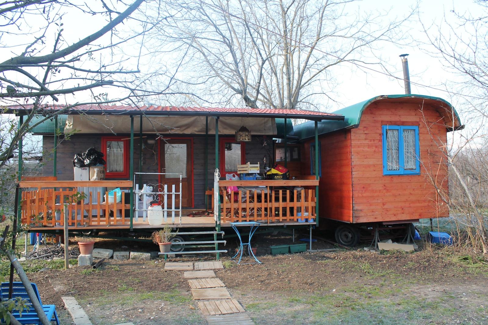 Semi d 39 avanguardia a sulmona vivere in una roulotte da circo viaggio nell 39 italia che cambia - Vivere in una casa di legno ...