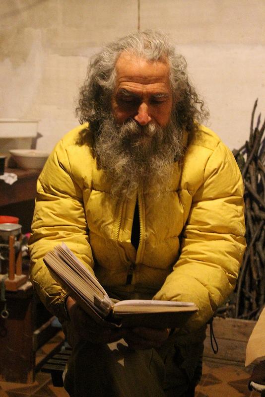 """Fabrizio Cardinale, fondatore della """"Tribù delle noci sonanti"""", immerso nella lettura di un libro."""