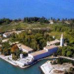 """""""Poveglia per tutti"""": colletta dei veneziani contro la privatizzazione dell'isola in vendita"""
