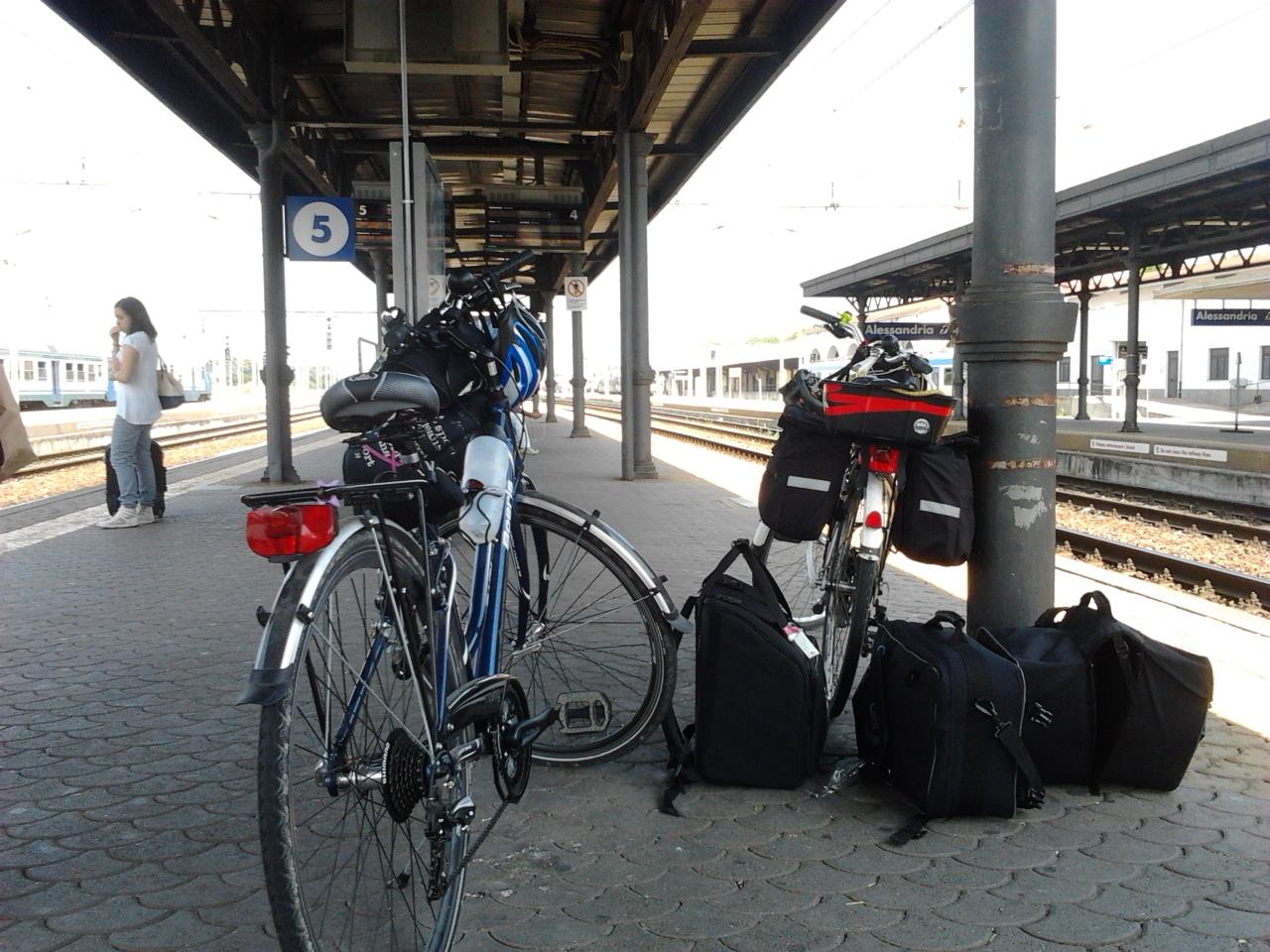 Comincia l'avventura alla stazione. Il vagone-bici sarà in testa o in coda al treno? Lo scopriremo solo all'arrivo. Si prospetta corsa mozzafiato. Sempre che non annuncino un repentino cambio-binario!