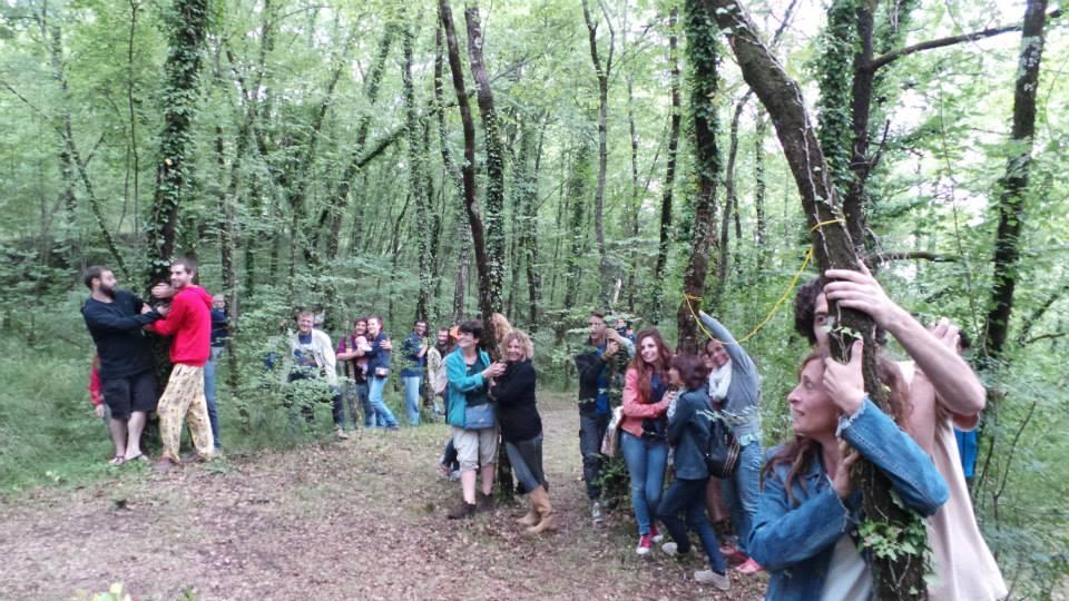 In occasione della Giornata mondiale dell'Ambiente 2014, 2.000 persone in Nepal hanno abbracciato gli alberi della foresta di Gokarna. Durante il Festival EcoFuturo di Alcatraz è stato riproposto questo gesto