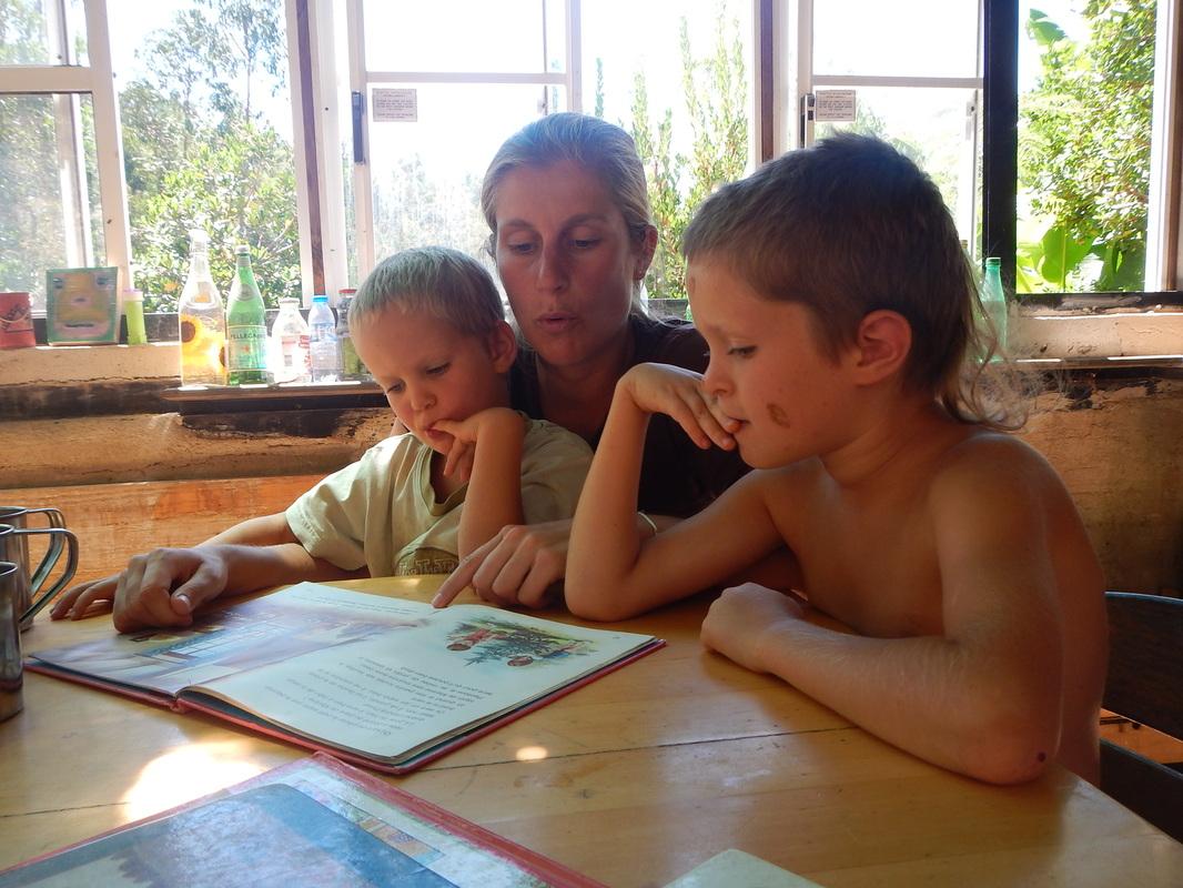 Tiphaine racconta una storia alle bambine