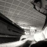 Un pianista mascherato incanta le stazioni italiane
