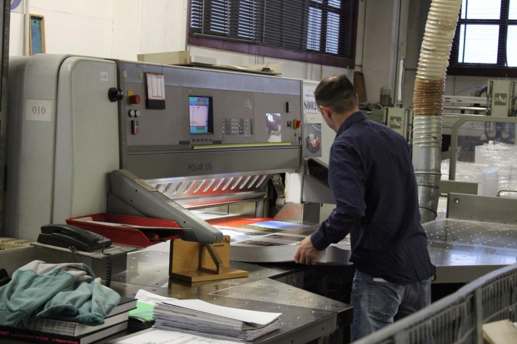 La Cooperativa è costituita da un team di specialisti dall'esperienza pluriennale nel campo della legatoria di prodotti editoriali di pregio