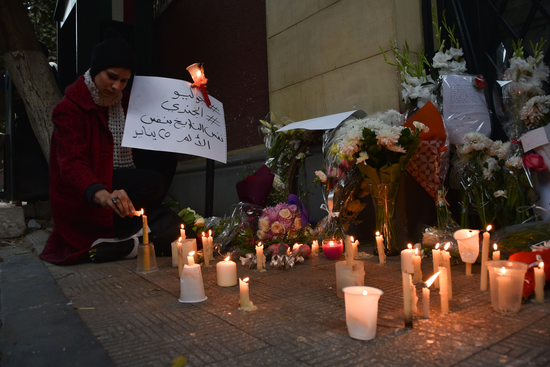 Alcune persone si sono radunate davanti all'ambasciata italiana al Cairo per rendere omaggio allo studente italiano Giulio Regeni
