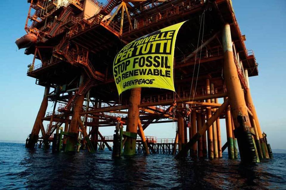 Gli attivisti di Greenpeace sulla piattaforma di 0