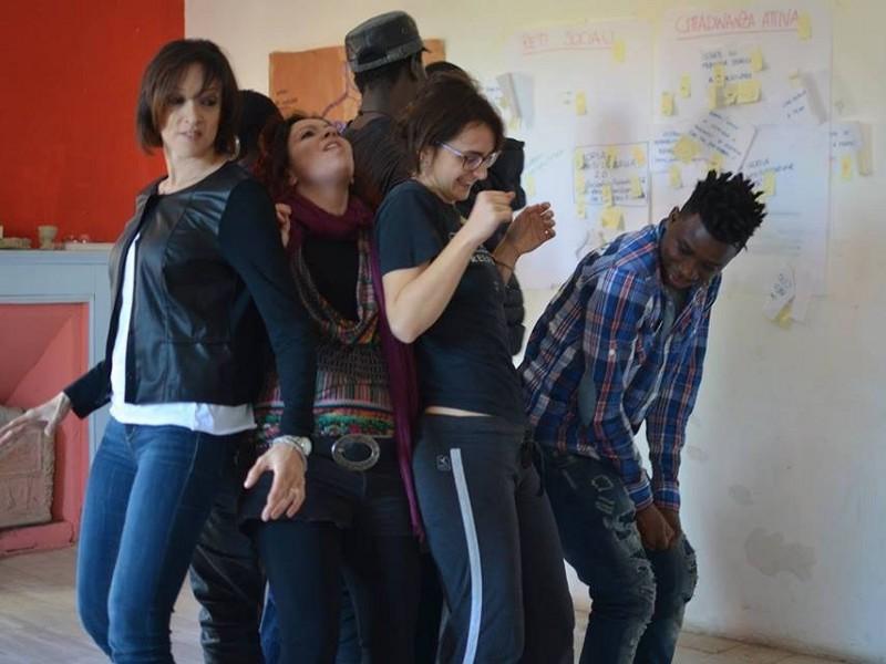 """""""Sulla stessa Barca"""" propone laboratori finalizzati alla costruzione di scene di Teatro Forum Legislativo"""