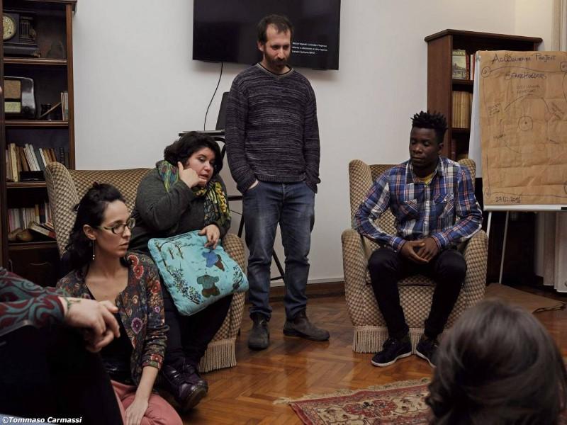Accoglienza project vuole contribuire a cambiare dal basso la politica e la pratica dell'accoglienza attraverso il Teatro e l'Arte Partecipativa
