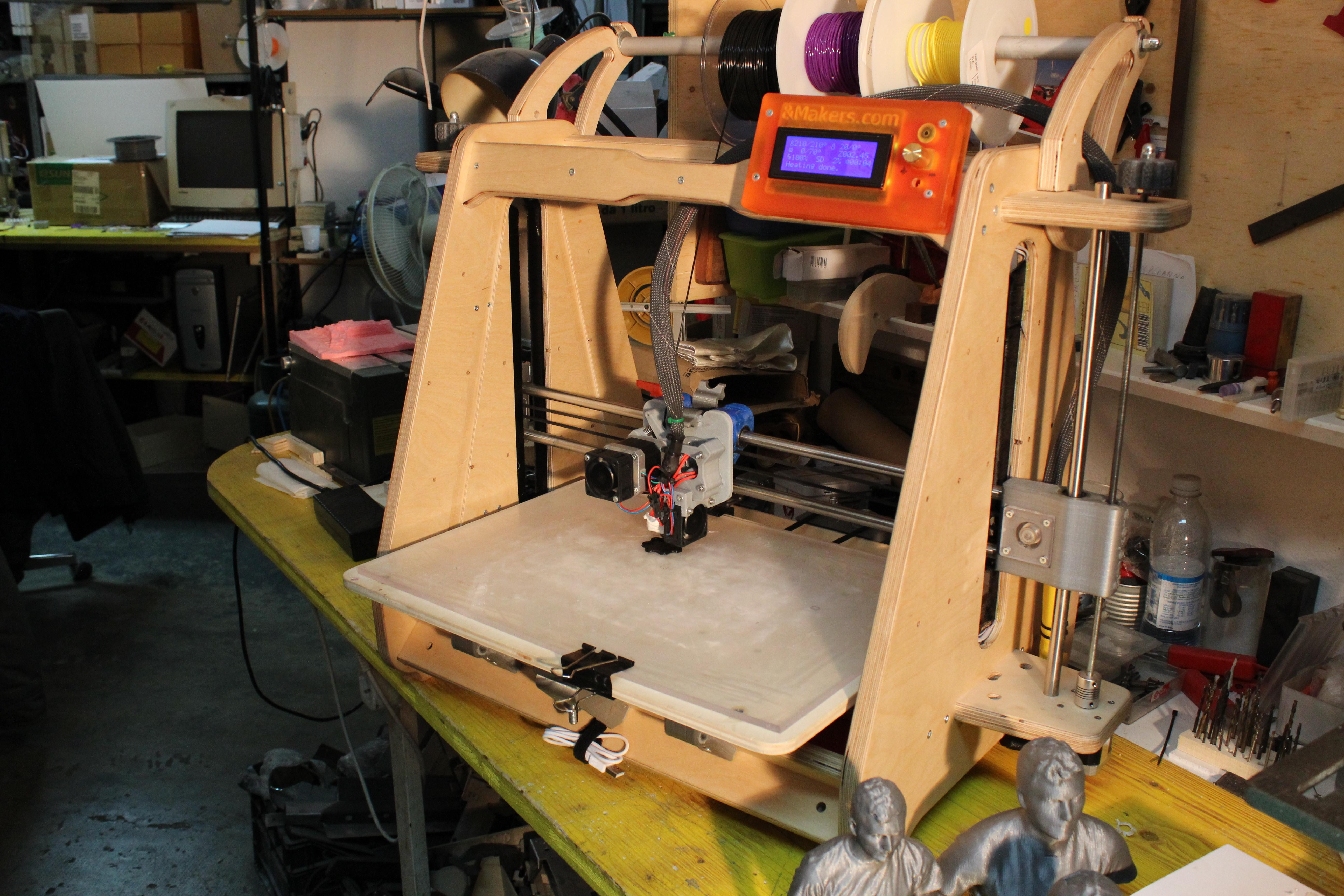 Gli &Makers recuperando pezzi di vecchie stampanti hanno costruito Wood, una stampante 3D made in Sardegna