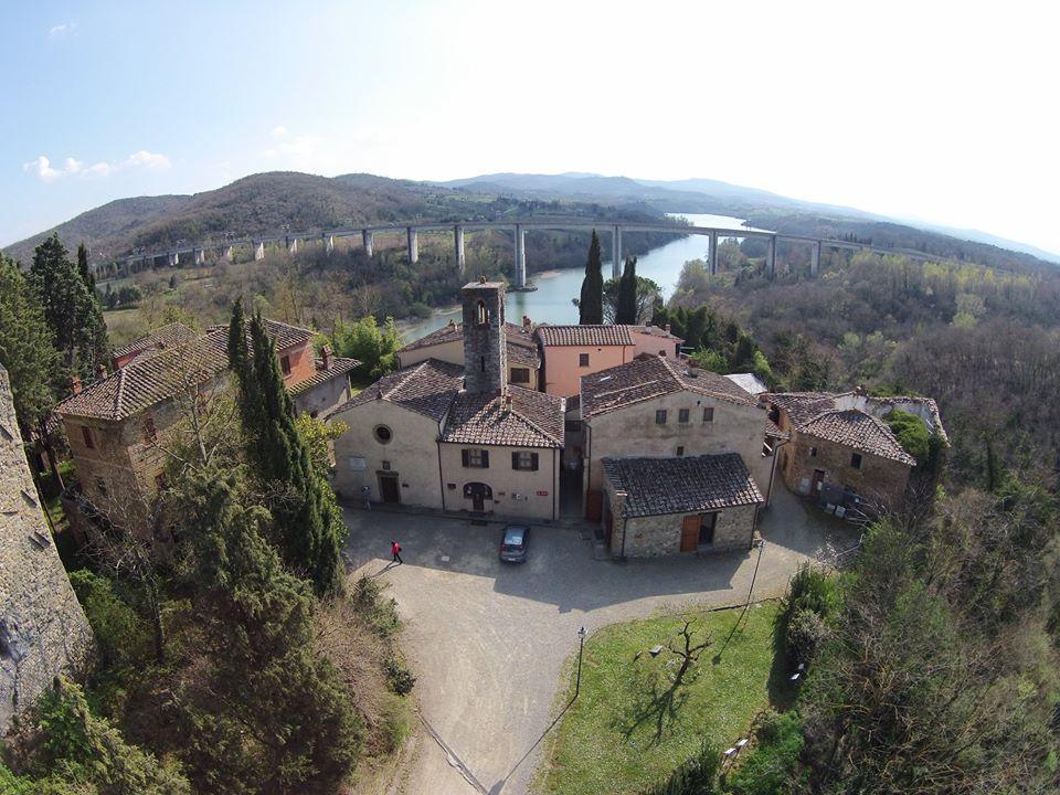 Rondine – Cittadella della Pace', un piccolo borgo in provincia di Arezzo ospita studenti provenienti da paesi in conflitto tra loro che qui sperimentano una vita di convivenza, di formazione e di studio