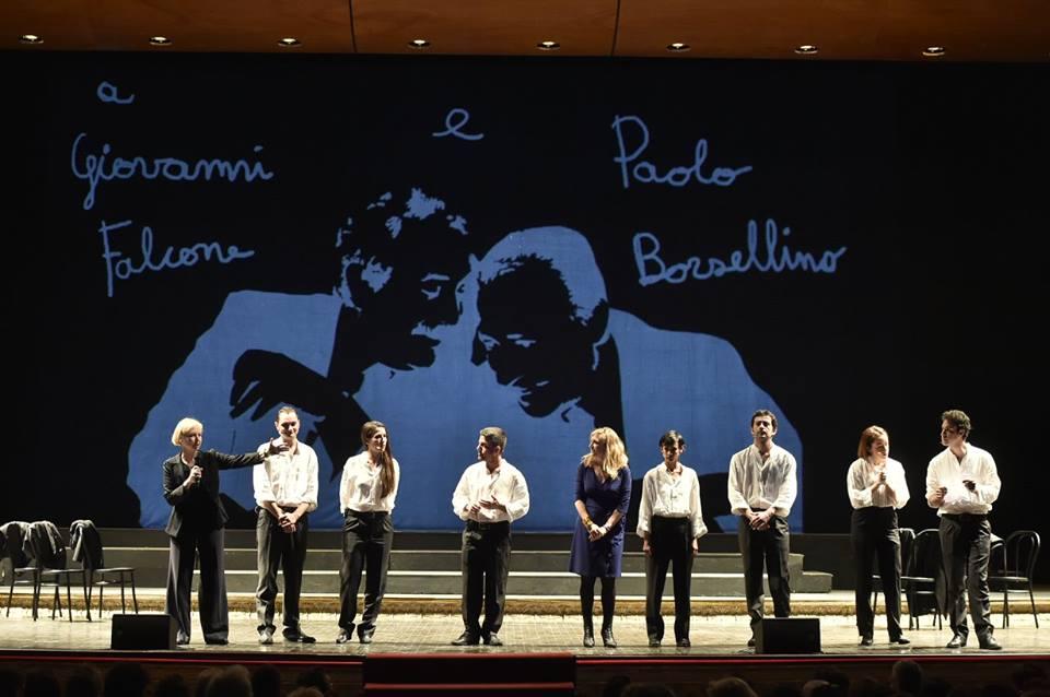 """Emanuela Giordano e Giulia Minoli con gli attori di """"Dieci storie proprio così"""" al Teatro San Carlo di Napoli"""