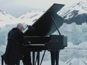 Ludovico Einaudi al pianoforte tra i ghiacci polari
