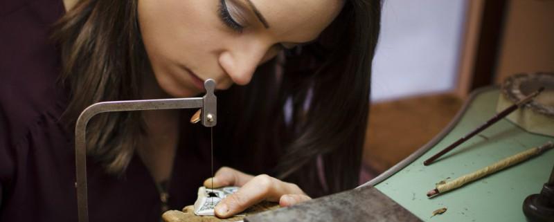 Valentina Marelli ha dato vita ad un marchio di gioielli artigianali in legno