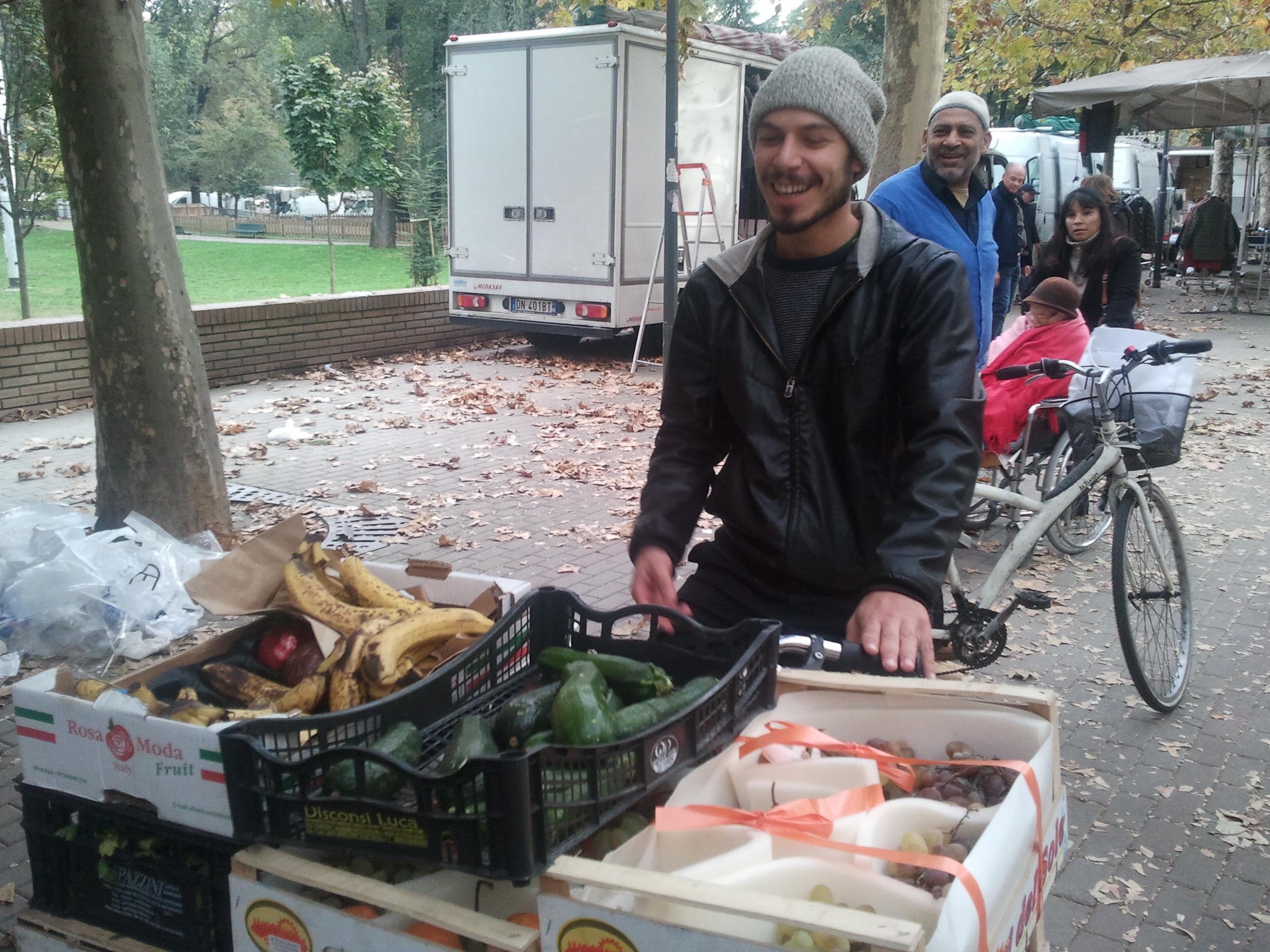 Luca recupera il cibo con la cargo-bike di Fucine Vulcano