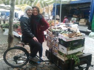 Ilaria e Luca al mercato di Piazzale Martini con parte del cibo recuperato