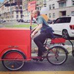 Il libraio itinerante a pedali tra i Navigli di Milano