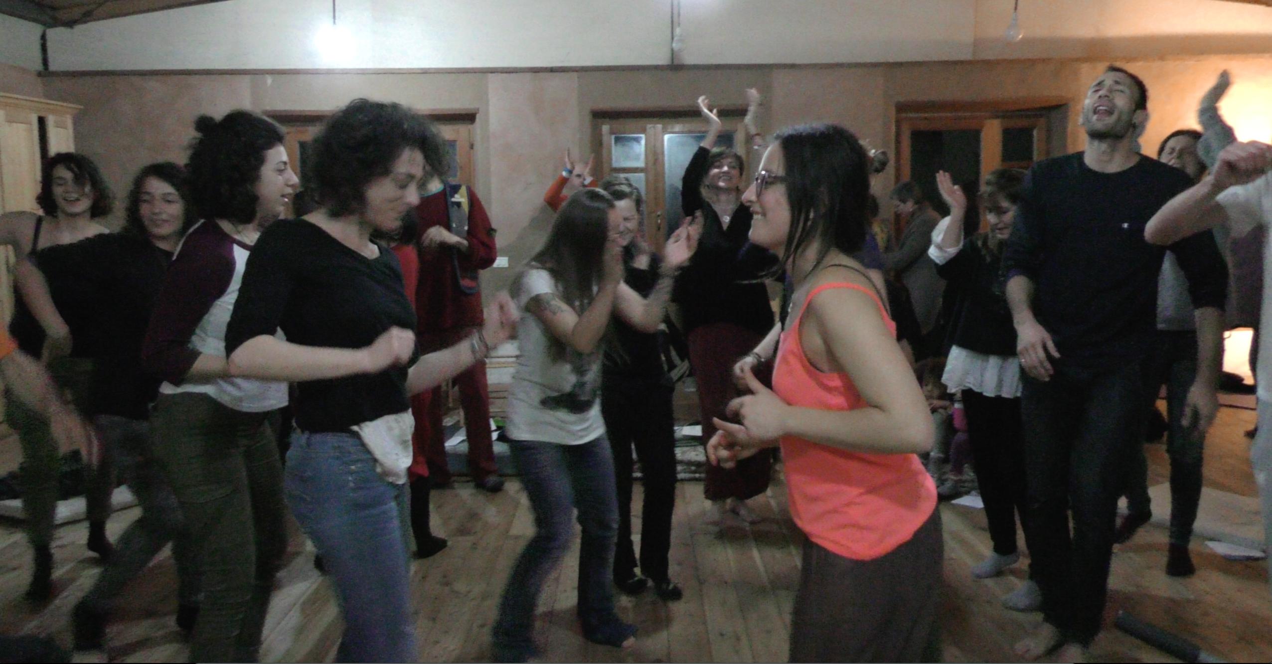 Un concerto improvvisato con balli