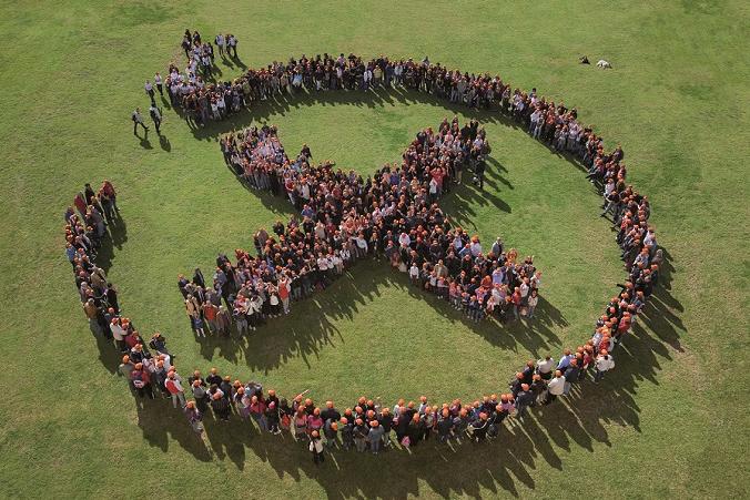 Tante persone insieme formano il logo di Addiopizzo
