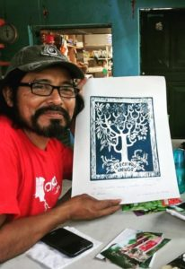 Roni, il referente di Amka in Guatemala, con il logo di Creciendo Unidos