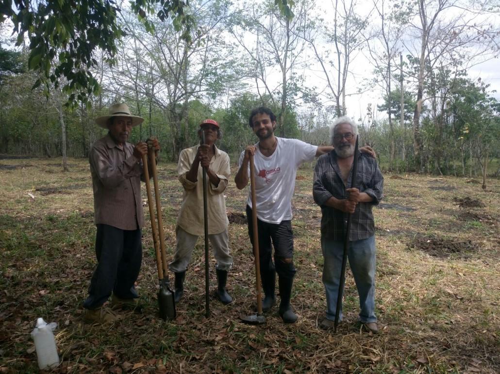 Valerio di Amka insieme ad alcuni campesinos del Petén