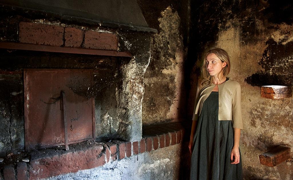 L'antropologa Anna Rizzo accanto al forno di Frattura (foto Mammucari)