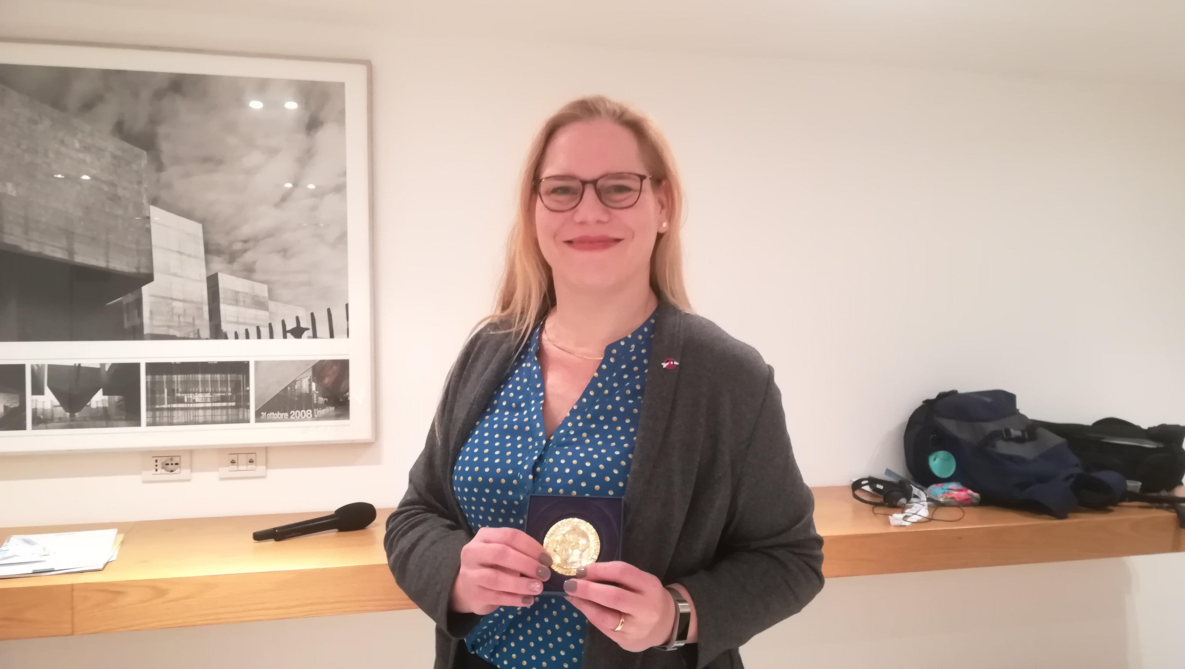 Susi Snyder mostra con orgoglio la medaglia del Premio Nobel per la pace 2017