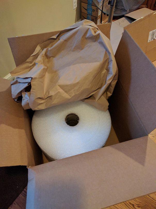 Amazon recapita un rotolo di pluribal dentro uno scatolone e avvolto in un ulteriore imballaggio di carta. (gbuzztim)