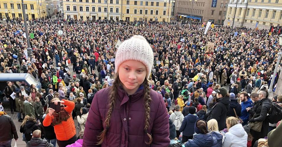 Greta su un palco di Helsinki dopo aver parlato a una folla di 10mila persone (Foto tratta dal profilo Twitter di Svante Thunberg)