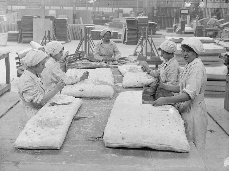Addette alla cucitura di materassi in fibre di amianto a inizi Novecento