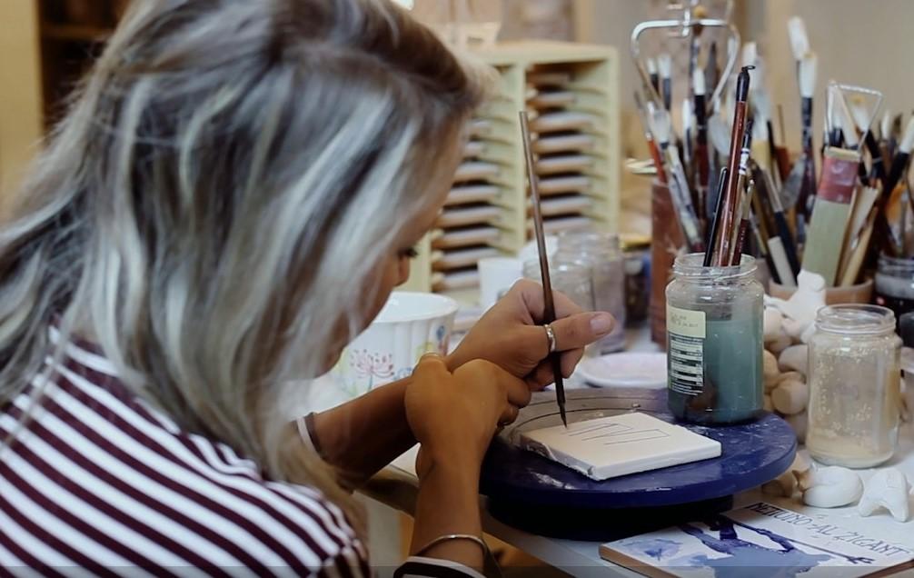 L'artigiana della bottega PG ceramiche dove potrete ammirare traforati, palloncini e bellissime maioliche in ceramica