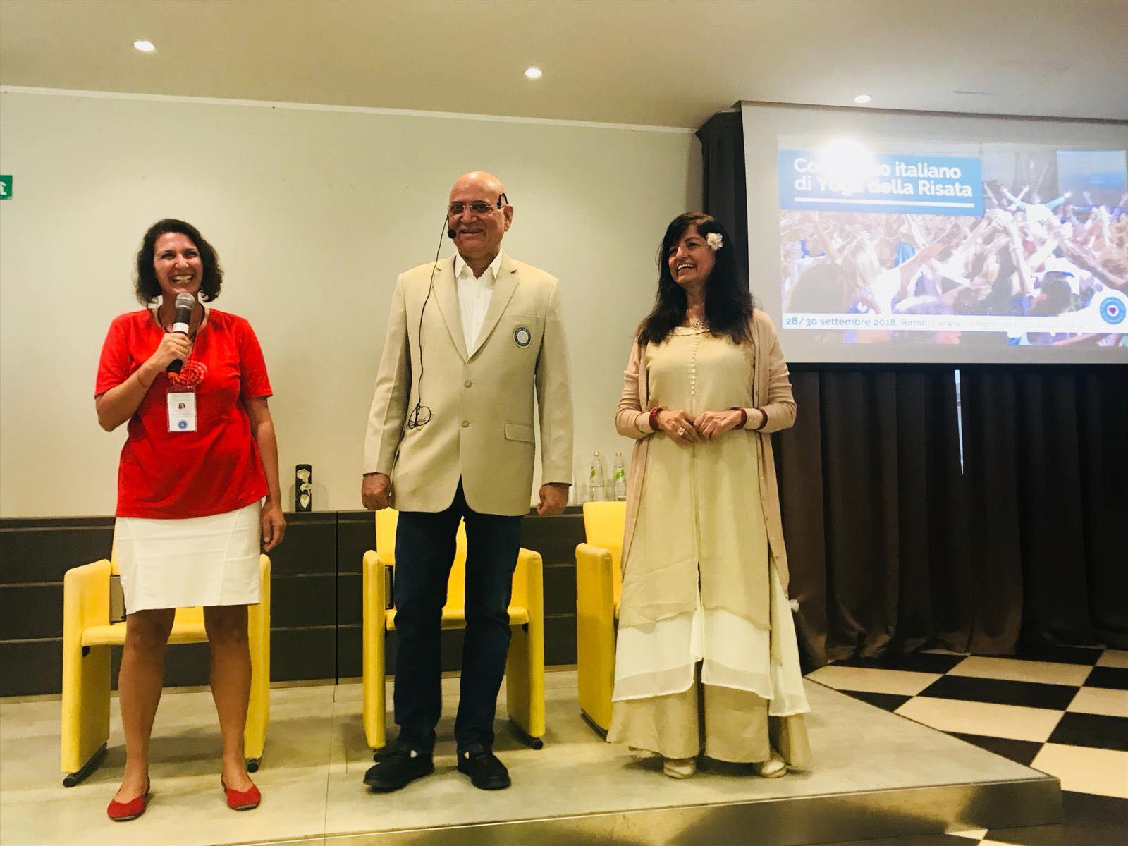 Lara lucaccioni con Madan e Madhuri Kataria al Congresso di Yoga della Risata 2018
