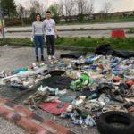 Raccolgono e differenziano i rifiuti abbandonati in strada: l'esempio di due giovani a Moncalieri