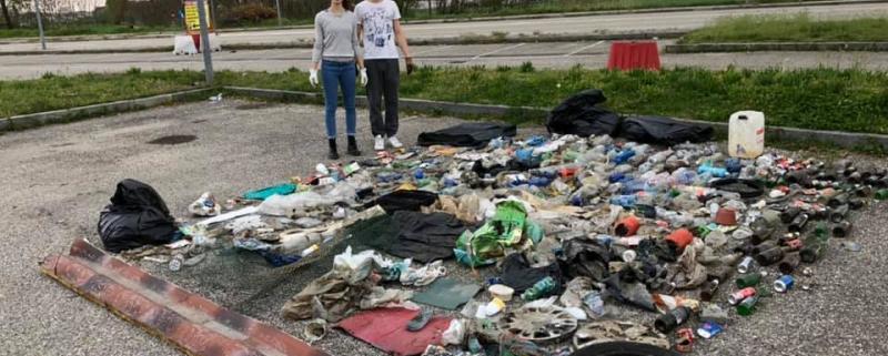 raccolgono-differenziano-rifiuti-abbandonati-strada-esempio-due-giovani-moncalieri