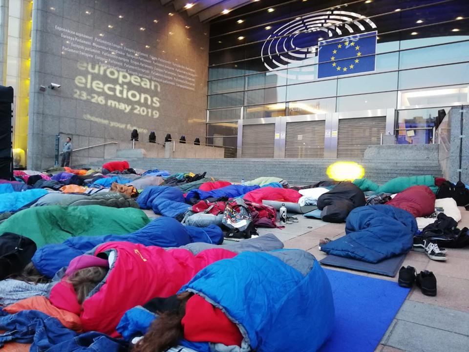 Gli attivisti di Fridays for Future accampati davanti al Parlamento europeo nei giorni delle ultime elezioni