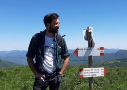 Maurizio Carucci con segnaletica CAI_ph ElisaBrivio