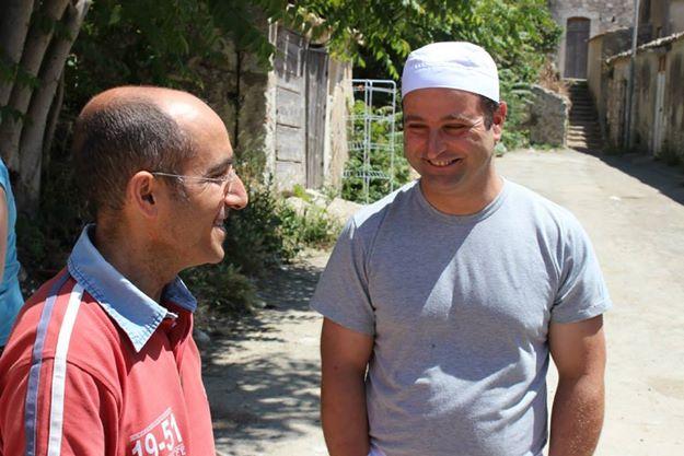 Marcello e Maurizio in una delle strade di Borgo Santa Rita, di fronte al panificio