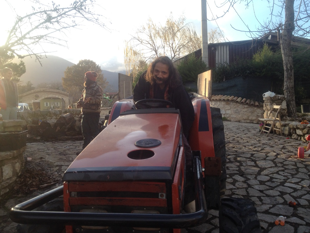 Giovanni prepara la riserva di legna per l'inverno