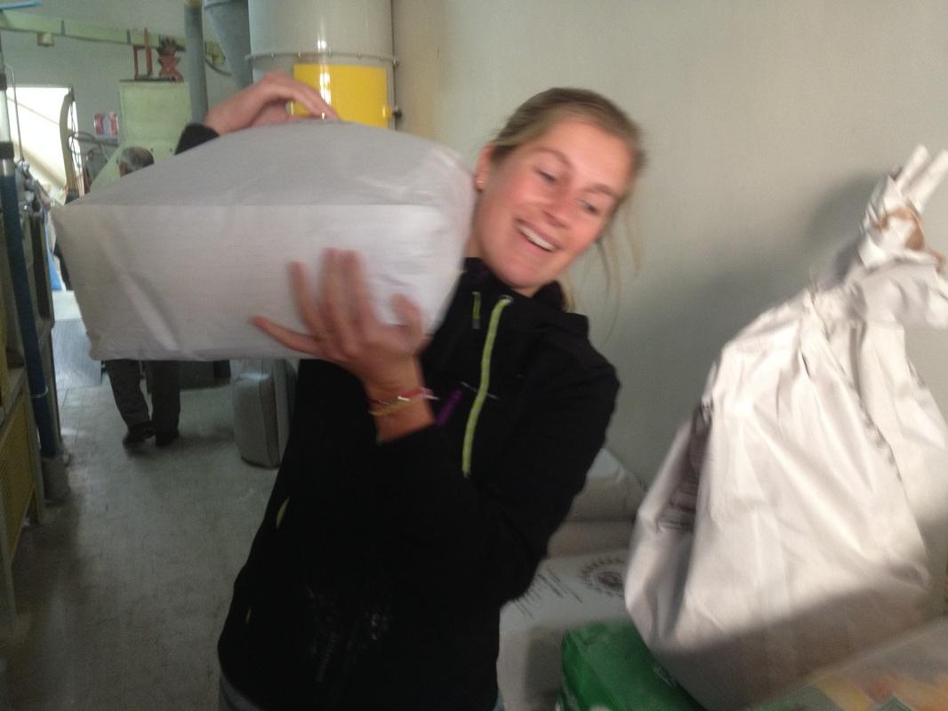 Tiphaine trasporta la farina all'azienda agricola