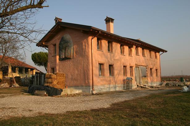 La prima casa di paglia in Italia autocostruita da Stefano Soldati sotto la guida delle esperte Barbara Jones e Bee Rowan