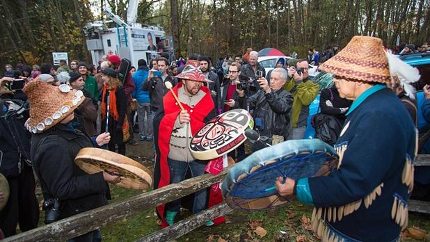 First Nations dimostrano contro le sabbie bituminose a Kinder Morgan, Burnaby Mountain, British Columbia, Canada 2014 foto: Mark Klotz, flickr