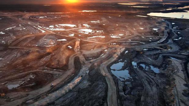 Canada, paesaggio devastato dall'estrazione di sabbie bituminose Photo: Peter Essick, National Geographic