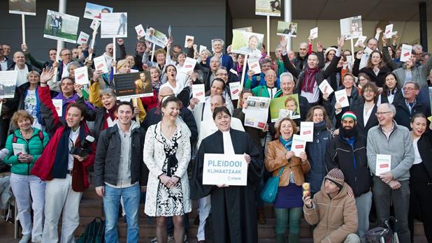Cittadini olandesi festeggiano dopo la vittoria della causa contro il governo olandese foto: Chantal Bekker, Urgenda