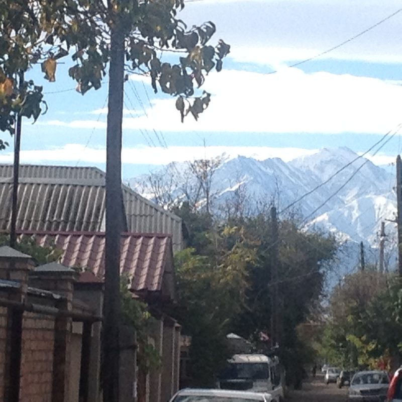 Bishkek (Kirghizistan) montagne sullo sfondo