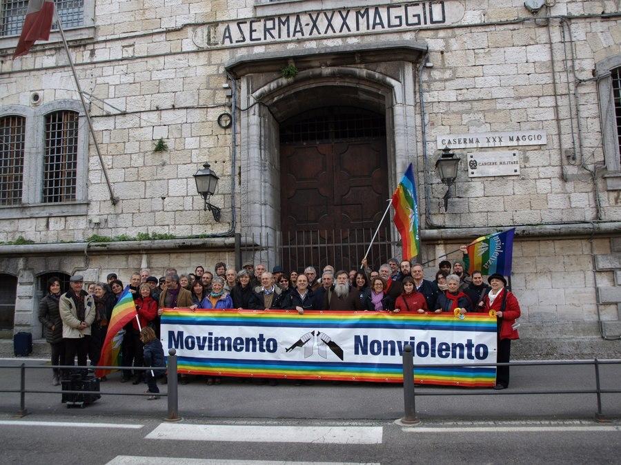 Iniziativa del Movimento Nonviolento al carcere militare di Peschiera del Garda per i 40 anni della prima legge sull'obiezione di coscienza