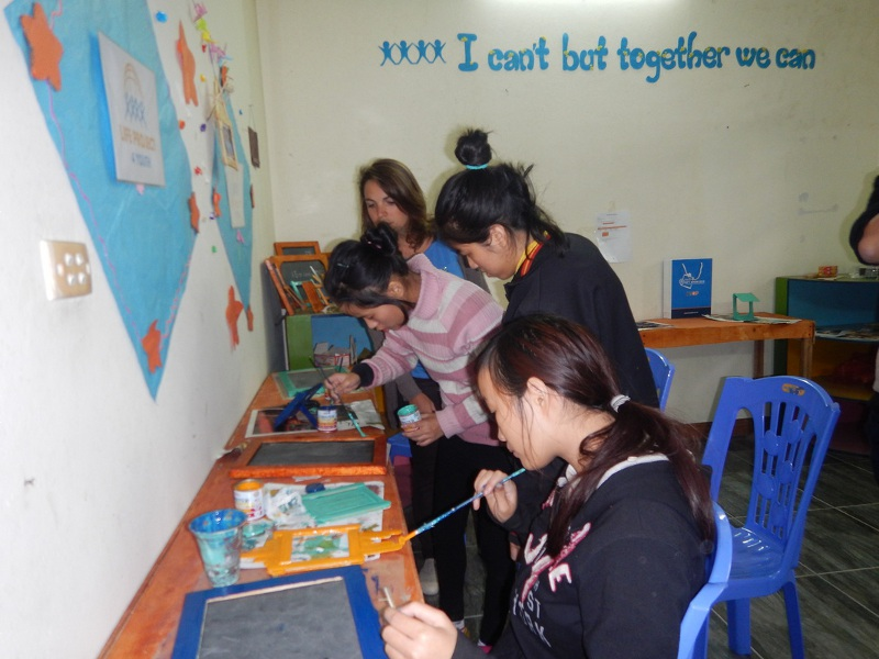 I giovani del centro LP4Y di Song Hong al lavoro mentre sviluppano i prodotti che lanceranno come attività economica del centro