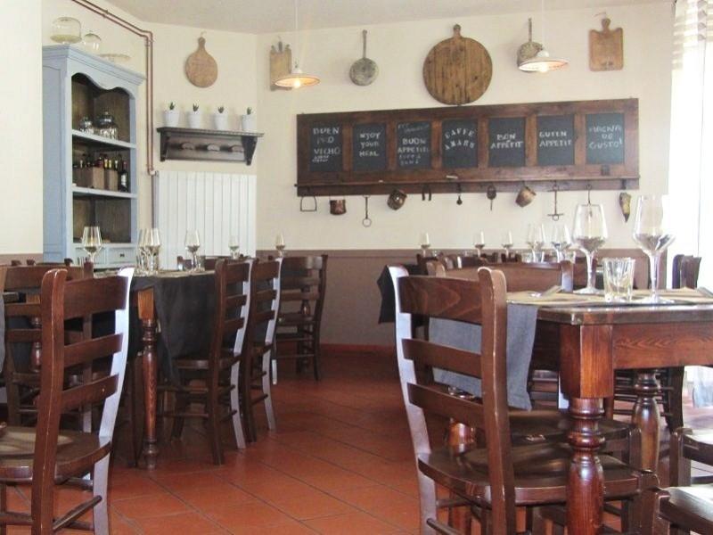 Osteria-Caffe-Amaro-tavoli-interni (1)