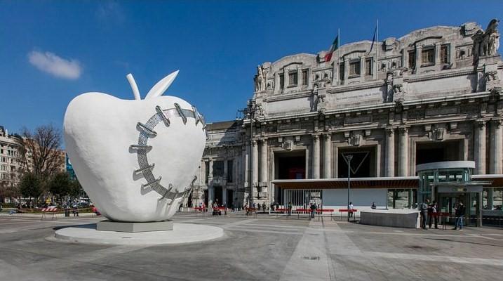"""Michelangelo Pistoletto ha donato alla città di Milano """"La Mela Reintegrata"""", il simbolo della riconciliazione tra uomo e natura"""