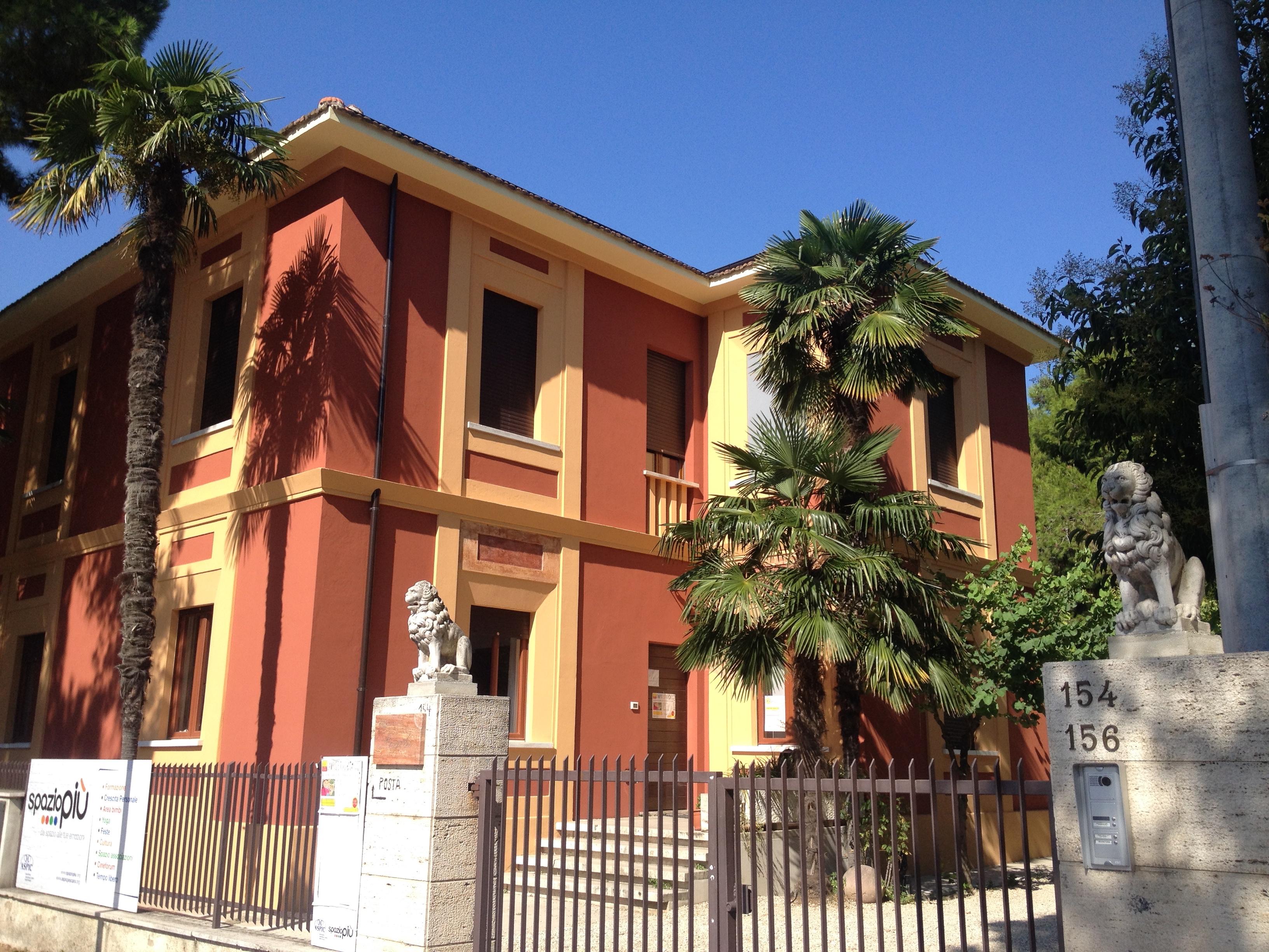 La sede di SpazioPiù è una prestigiosa villa degli anni '50 a pochi minuti dalla stazione centrale di Pescara