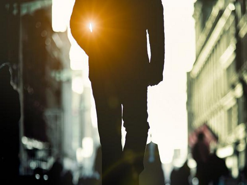 uomo-cammina